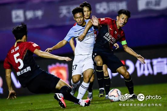 赛场上敢于突破的17岁小将温永骏
