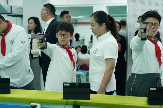 这所学校的射击队成立仪式上 许海峰陶璐娜亲自授旗