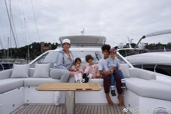 晒携家人乘游艇游玩照 C罗超甜:五个小甜心