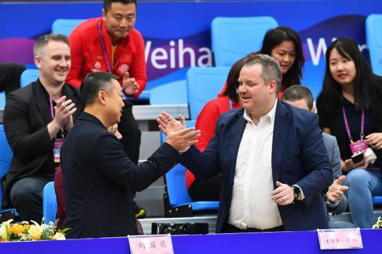 刘国梁(前排左)与国际乒联首席执行官丹顿(前排右)庆祝比赛重启。新华社记者朱峥摄