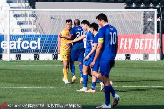 2020年12月3日,亚冠小组赛F组:上海申花1:4负蔚山现代。图为上海申花球员在比赛中拥抱打气。