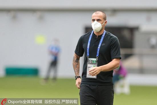 2020年12月1日,亚冠小组赛G组:广州恒大1:1平水原三星。图为广州恒大主教练卡纳瓦罗在场下指挥。
