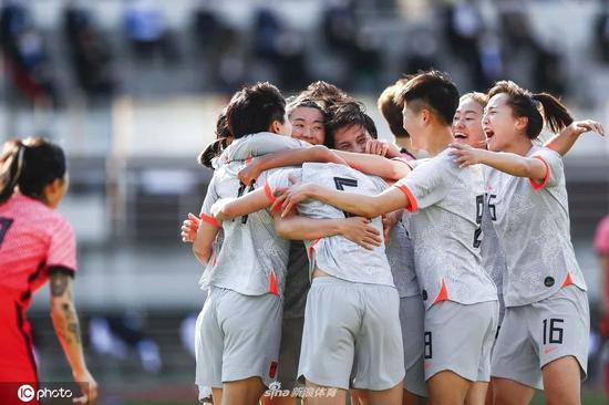 中国女足队员庆祝胜利