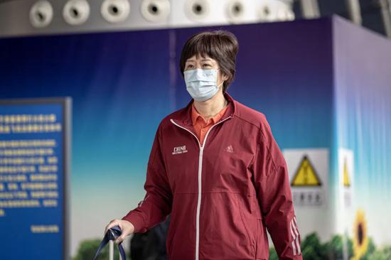 中国女排抵达意大利开始首训 戴防护镜口罩手套