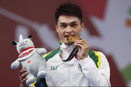 中国澳门代表团运动员黄俊华为澳门拿下本届亚运会唯一一枚金牌