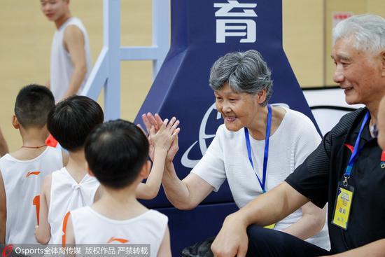 新华社专访姚明父母:篮球是我家庭的传承