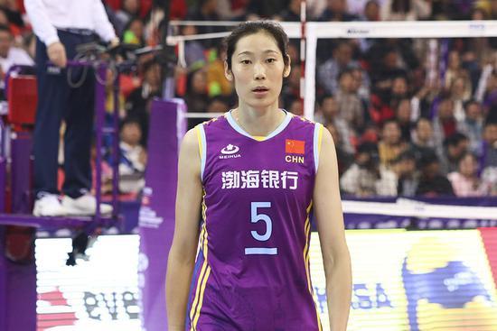 天津女排世俱杯遭大逆转 朱婷场上只能无奈苦笑