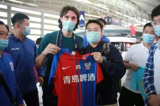 克莱奥告别青岛球迷机场送行 与中国缘分暂画句号