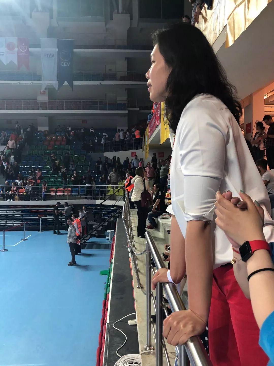 土超决赛徐云丽为朱婷加油 赞其发挥比上场顺畅