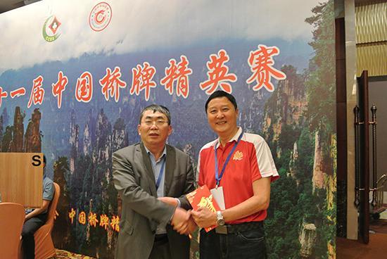 聂卫仄取中国桥牌协会特邀副主席、奥瑞金桥牌俱乐部主席张坐刚