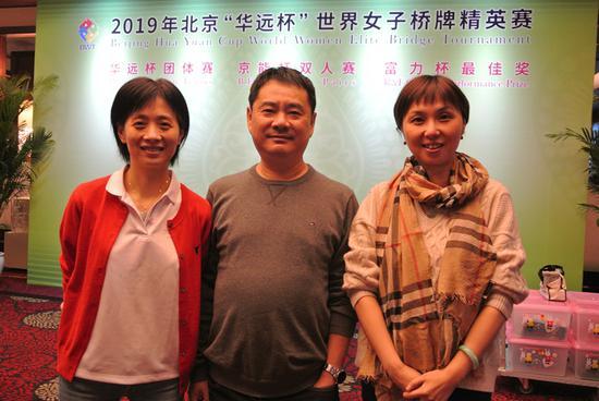 王晓静(中)与队员王文霏(左)、沈琦