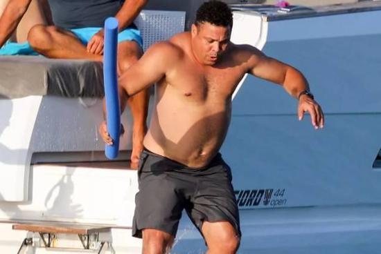 好久不见!大罗与女友度假 游艇嬉戏玩水