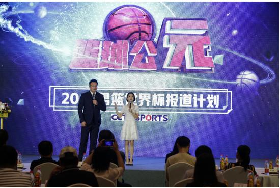 体育频道主持人刘星宇、刘天伊介绍《篮球公元》