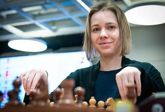 玛丽娅以6.5分的收获位居第二,有7位棋手同积6分。