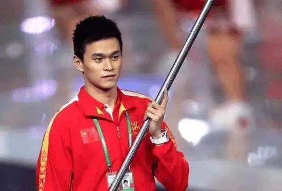 2017年全运会孙杨用国旗遮盖赞助商。