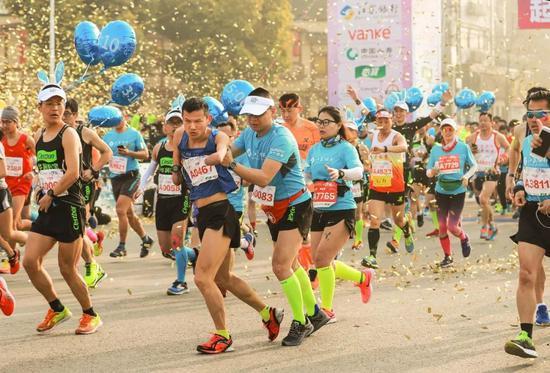 最温暖的扶助,最美丽的跑者,交相辉映在马拉松赛道上。