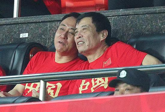 2019年足球友谊赛,中国国家队迎战菲律宾队,陈戌源(右)和许家印观战。 视觉中国 图