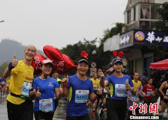 11月11日,参赛选手在马拉松比赛中。 中欣 摄