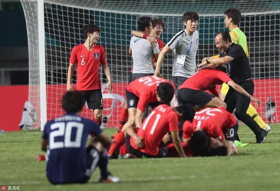 终场哨响后,韩国队庆祝夺冠
