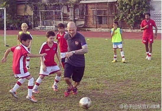 阿森纳名宿永贝里指导越南小球员。