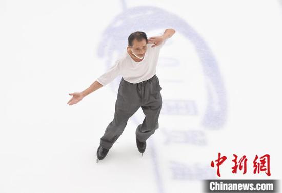 北京国贸冰场的网红老人 在冰上舞出潇洒人生