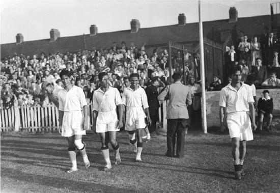 图说:奥运会上,印度队赤脚出场,迎战法国。