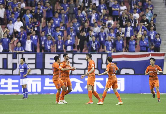 山东鲁能泰山队球员在比赛中庆祝进球。花帅还在继续交学费