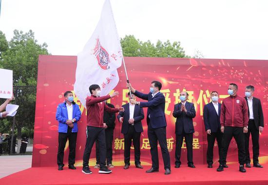 """""""新辽足""""树旗!辽宁足"""