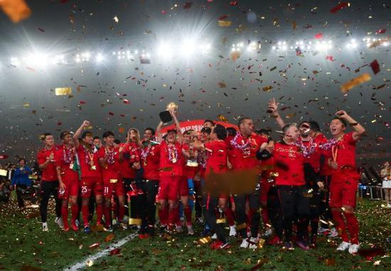 2018年11月7日,上海上港队在颁奖仪式上庆祝夺冠。新华社记者丁汀摄