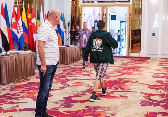2017年国象世界杯添拿大棋手安东·科瓦列夫穿短裤入场被拒挑出退赛