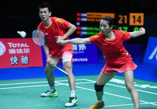 郑思维(左)/黄雅琼在2018世界羽毛球锦标赛混双决赛中。新华社记者季春鹏摄
