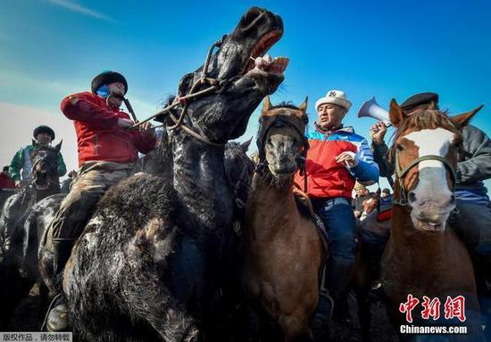 草原上的古老竞技 吉尔吉斯斯坦举行传统赛马