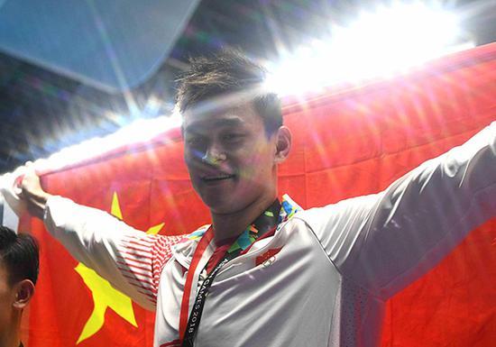 孙杨身披国旗。
