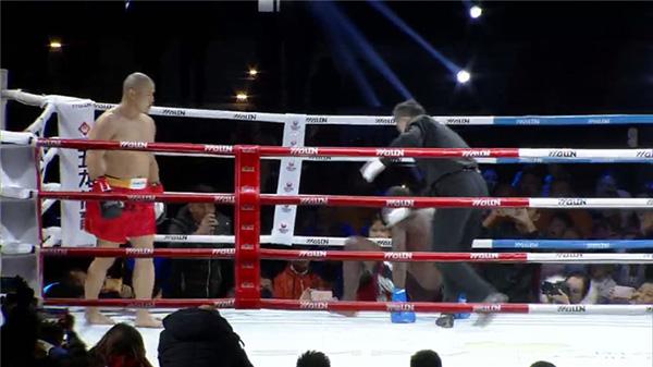 """少林弟子释延孜在80公斤级比赛中制服""""非洲悍将""""。"""