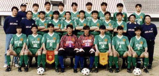 身披10号球衣的杨晨坐在谢峰的右边