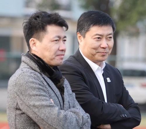 周军(左)曾在申花工作11年。