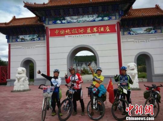 骑走路上,安强民(左一)结识了很多追逐梦想的良朋。(原料图) 钟欣 摄