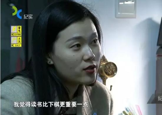 """图说:韩怡辰的母亲至今还对女儿要走""""职业围棋""""这条路持反对态度。"""