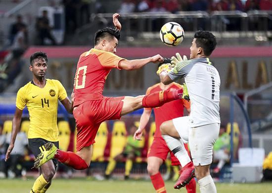胡靖航(左二)飞踹马来西亚队守门员纳兹利(右一).