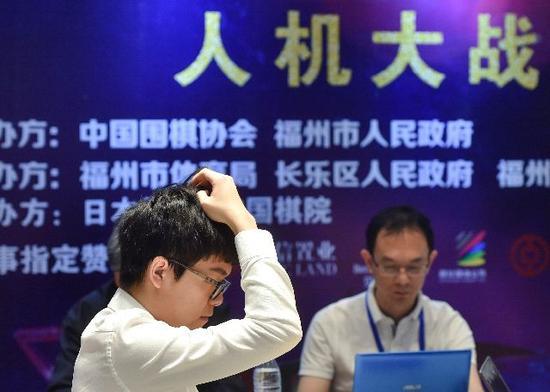 """柯洁与国产围棋人工智能""""星阵""""对决。新华社记者宋为伟摄"""