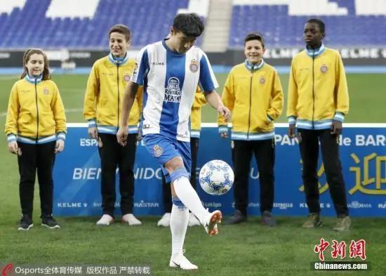 图为武磊在新援亮相仪式上颠球。图片来源:Osports全体育图片社