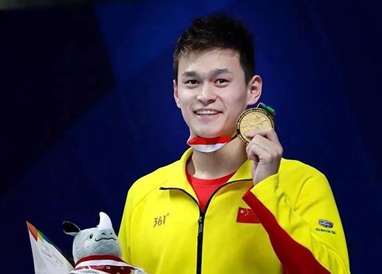 孙杨穿着361度领奖。