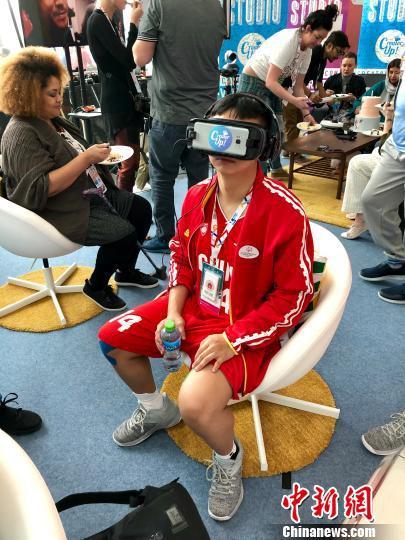刚结束比赛的朱以灵在场馆休闲区体验VR眼镜。 王祖敏 摄