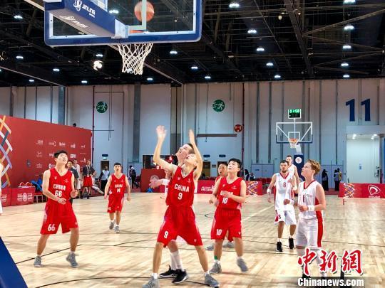 中国特奥男篮在本届特奥会比赛中。朱以灵是中国队14号。 王祖敏 摄