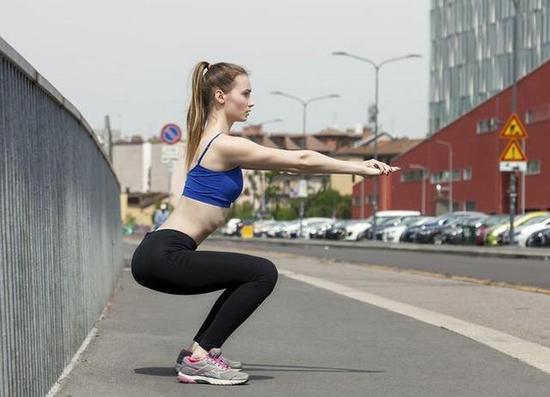 如何减掉臀部脂肪 5个妙招 让你的臀部肌肉动起来hp拿走杯具踢飞茶几