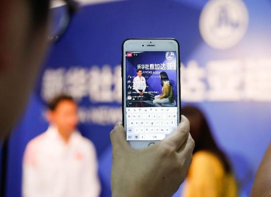 华天(左)在雅加达接受新华社记者专访。新华社记者王婧嫱摄