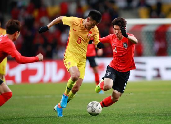 谭龙尝试带球突破。 新华社记者 王婧嫱 摄