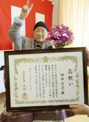 118岁人瑞奥运火炬手 喜喝可乐下苹果棋