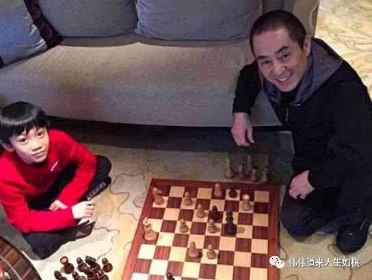 张艺谋导演陪孩子下国际象棋