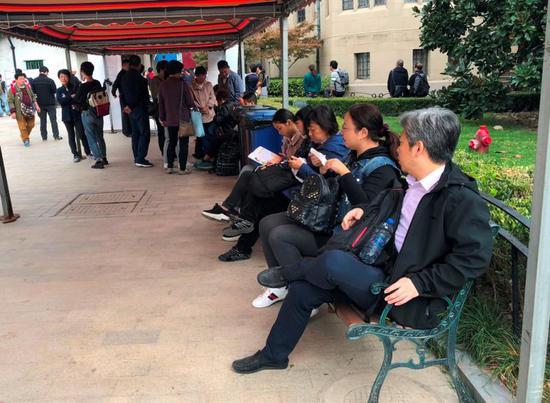 图说:市运会围棋项目赛场外焦急等待的家长们。